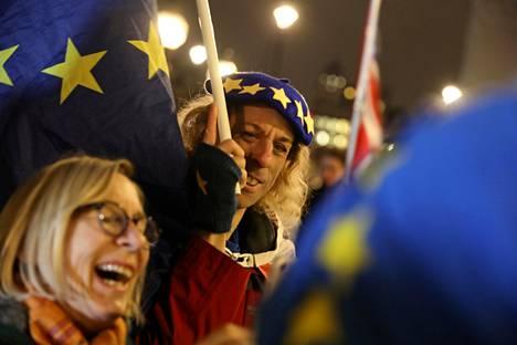 Brexitiä vastustavat mielenosoittajat kokoontuivat parlamentin ulkopuolella maanantaina 10. joulukuuta.