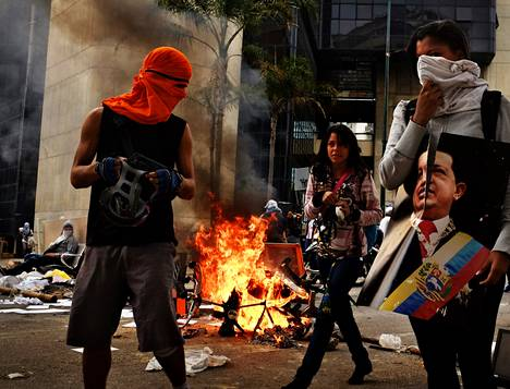 Hallituksen vastustajat pystyttävät Caracasin kaduille barrikadeja päivä toisensa jälkeen siitä huolimatta, että hallitusta tukevat joukot pahoinpitelevät mielenosoittajia.