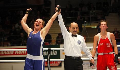 Mira Potkonen, 33, juhli uransa kolmatta sarjavoittoa nyrkkeilyn Tammer-turnauksessa. Finaalissa hänelle hävisi Mikaela Mayer (oik.) tuomariäänin 0–3.