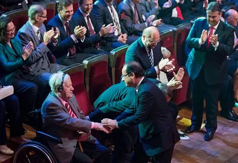 François Hollande tervehti Helmut Schmidtiä Saksan sosiaalidemokraattisen puolueen 150-vuotisjuhlassa Leipzigissa toukokuussa 2013.