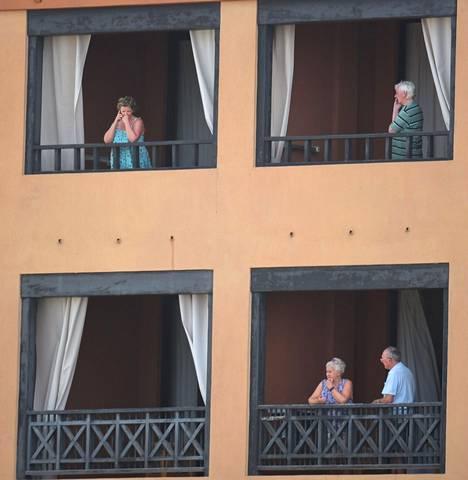 Costa Adeje Palace -hotellin ikkunoista katseli eristyksiin joutuneita hotellivieraita tiistaina.