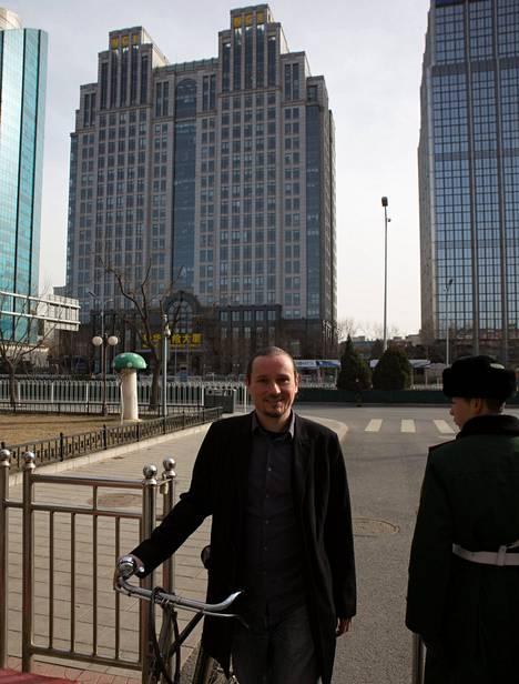Vartijat ja poliisit vartioivat yötä päivää Pekingin-kirjeenvaihtajan Mikko Paakkasen asuinaluetta. Heitä ei voi haastatella, mutta ainakin polkupyörä pysyy tallessa.