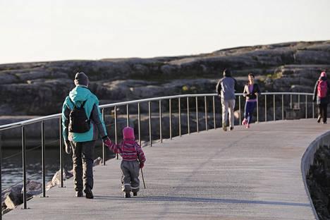 21. marraskuuta: Marraskuu jatkui kuitenkin lauhana. Ulkoilijoita aurinkoisessa Uunisaaressa.