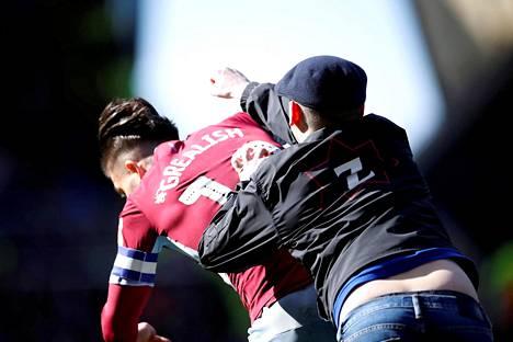 Jalkapallofani löi Aston Villan Jack Grealishiä kesken ottelun. Fani tuomittiin kolmen kuukauden vankeusrangaistukseen.