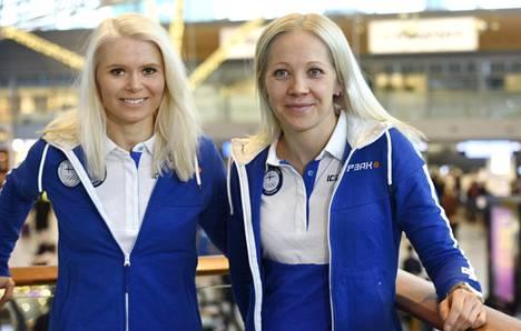 Mari Laukkanen (vas.) ja Kaisa Mäkäräinen lähtivät perjantaina kohti Pyeongchangia.