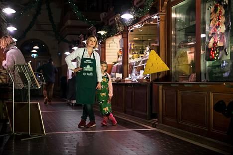 Laura Salonen ryhtyi muutama kuukausi sitten Vanhan kauppahallin juustopuodin yrittäjäksi. Tytär Ia Salonen autteli tammikuun kuvauspäivänä pikkuaskareissa.