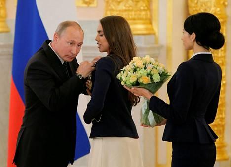 Vladimir Putin palkitsi olympiaurheilijoita. Kuvassa vuorossa rytmisen voimistelun kultamitalisti Margarita Mamun.