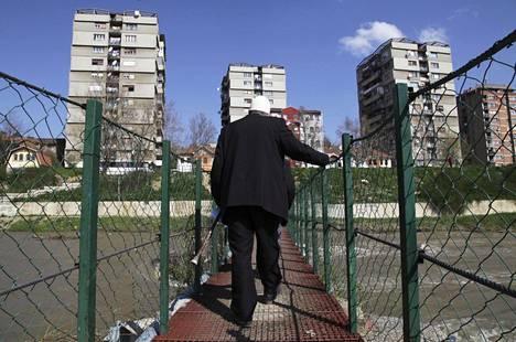 Ibarjoki halkoo Mitrovican kaupunkia Pohjois-Kosovossa. Mies ylitti sillan albaanienemmistöiseltä etelärannalta serbienemmistöiselle pohjoisrannalle huhtikuussa 2013.