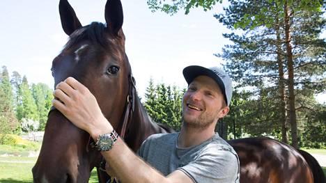 Janne Korpi ja hänen yhdessä Jaajo Linnanmaan kanssa omistamansa hevonen American Hero. Kaksikon tavoitteena on, että American Hero kilpailisi ensi vuonna Elitloppetissa.
