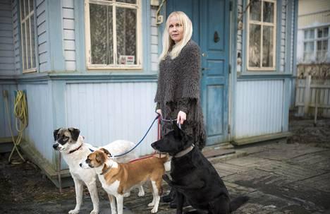 Eläinfilosofi Elisa Aaltola elää erakkomaista elämää Siuron kylässä Nokialla. Hän asuu siellä kolmen löytökoiran, Siirin, Darlan ja Iidan, kanssa.