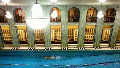 Kaikki uimarit eivät halua kastella hiuksiaan tai peseytyä kunnolla. Helsingissä ongelma on huomattu esimerkiksi Yrjönkadun hallissa.