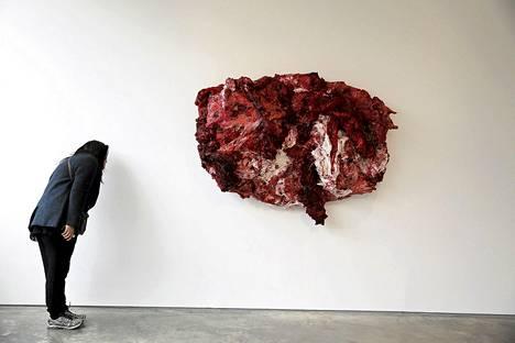 Vierailija tutkiskeli tiistaina brittitaiteilija Anish Kapoorin nimetöntä, silikonista tehtyä   teosta Lisson Galleryssa Lontoossa.