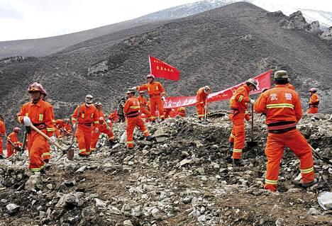 Pelastustyöntekijät etsivät eloonjääneitä maanvyöryn jäljiltä Maizhokunggarin kaivosalueelta.