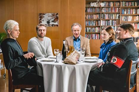 Siinäpä hyvää seuraa sunnuntailounaalle. Sisaruksia esittävät Samuli Niittymäki (vas.), Jarkko Niemi, Elena Leeve ja Santtu Karvonen, isää Taneli Mäkelä (keskellä).