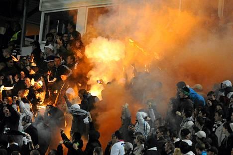 Moskovan Dinamon kannattajat sytyttivät soihdun paikallisottelussa Torpedoa vastaan syyskuussa 2012.