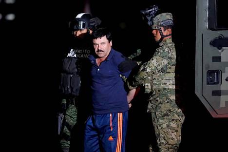 """Sotilaat taluttavat kiinni otettua Joaquín """"El Chapo"""" Guzmánia Méxicossa tammikuussa 2016."""