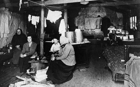 Elämää Suvilahden kasarmirakennuksessa Helsingissä vuonna 1924. Hyvinvointivaltion rakentamisessa Suomi tuli selvästi muita Pohjoismaita jäljessä.