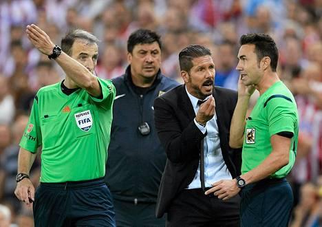 Atletico Madridin valmentaja Diego Simeone (toinen oikealta) passitettiin perjantain Super cup -ottelussa katsomoon.