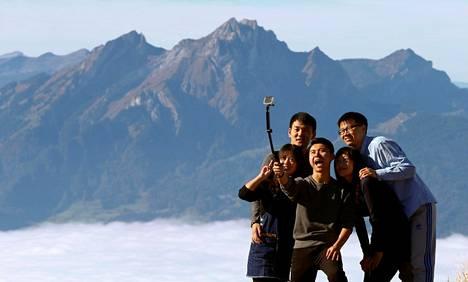 Selfie-kuolemien määrä on lisääntynyt selvästi vuodesta 2011 lähtien. Kuvassa turistiryhmä ottaa selfietä Mount Rigi -vuoren huipulla Sveitsin Alpeilla.