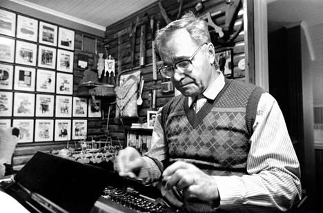 Kalle Päätalo kotonaan Tampereen Messukylässä joulukuussa 1985.