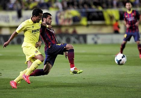 Dani Alves ja Giovani Dos Santos taistelussa pallosta.