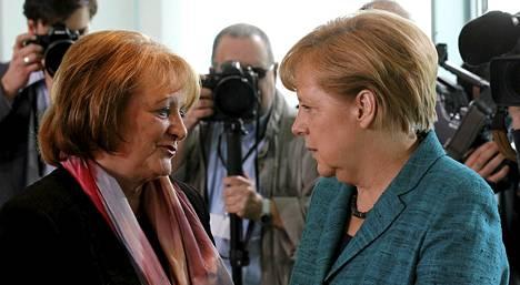 Saksan oikeusministeri Sabine Leutheusser-Schnarrenberger (vasemmalla) keskusteli liittokansleri Angela Merkelin kanssa toukokuussa.