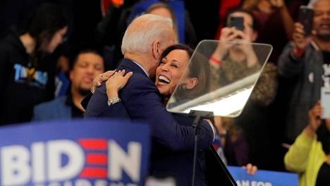 Senaattori Kamala Harrisiä (oik.) pidetään demokraattien presidenttiehdokas Joe Bidenin ykkösvaihtoehtona varapresidentiksi. Kuvassa Harris ja Biden maaliskuussa Bidenin kampanjatilaisuudessa Michiganin Detroitissa.