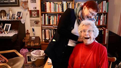 Kotihoitaja Eija Selkäinaho poistaa Darling Borgilta, 78, muistilaastarin, joka ei ollut sopiva.