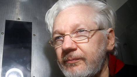 Wikileaksin perustaja  Julian Assange poistumassa lontoolaisesta alioikeudesta tammikuussa 2020.