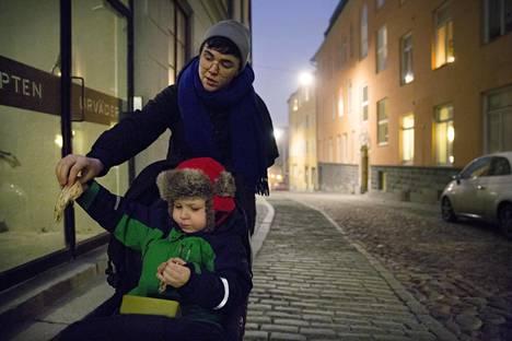 Kajsa Heinberg syö poikansa Noamin kanssa välipalaa matkalla päiväkodista kotiin Tukholman Bagarmosseniin.