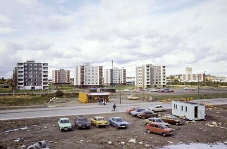 """Uusia asuinkerrostaloja Joutenlahden alueella (Varkaus, 1978). """"Kuvat 1970-luvun kaupunkien lähiörakentamisesta kertoivat syntyaikanaan kasvusta, edistyksestä ja elintason parantumisesta. Ne asettuivat vastakuvaksi harmaiden töllien ja suurten metsien hallitsemille Suomen idän maisemille."""""""