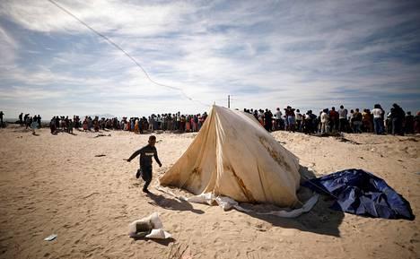 Etelä-Afrikan Khayelitshaan nousi telttoja sen jälkeen kun viranomaiset olivat tuhonneet epävirallisia asuntoja ja karkottaneet niiden asukkaita koronarajoitusten aikaan keväällä. Myöhemmin oikeus tuomitsi asuntojen tuhoamisen laittomaksi.