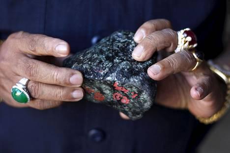 Ostaja tarkasteli jadekiveä Myanmarissa Hpakantin jadekaivoksen lähettyvillä vuonna 2015.