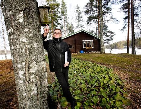 """Risto Penttilän perintömökki on myytävänä Heinolassa. Yksi mökin valteista on kiinteistönvälittäjä Jari Leinon mukaan vesiyhteys Päijänteelle asti. """"Nykymökkiläiset arvostavat sitä, että veneellä pääsee nopeasti Heinolan Rantapuistoon ja torille"""", Leino tietää."""