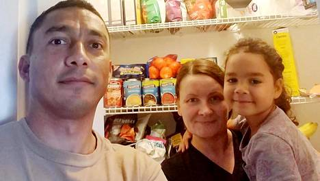 Hector, Miia ja Sofia Montoya ovat valmistautuneet hirmumyrskyyn täyttämällä ruokakaappinsa kotonaan New Bernissä Pohjois-Carolinassa.