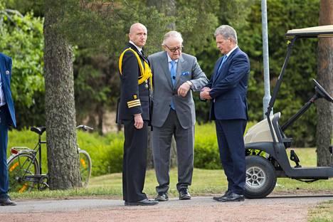 Presidentti Martti Ahtisaarta olivat Kultarantaan vastaanottamassa Tasavallan presidentti Sauli Niinistö ja hänen adjutanttinsa Jan Brunberg.