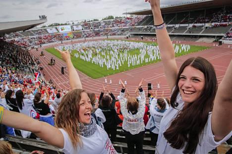 Sveitsiläiset Jolanda Wicki ja Eshter Stanger osallistuivat Gymnaestradan päätöstapahtumaan Olympiastadionilla heinäkuussa.