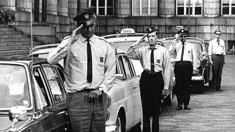 Kahden minuutin hiljaisuudella kunnioittivat vuokra-autoilijat kaikkialla maassa Vihdin Otalammella surmatun työtoverinsa Henry Ahlvikin muistoa.