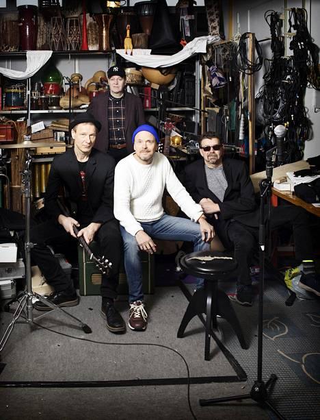 Ismo Alanko, Reijo Heiskanen (takana), Jussi Kinnunen ja Harri Kinnunen valmistautuivat viime marraskuussa Kaapelitehtaalla Ismo Alangon yhtyeen treenitiloissa tulevan kesän konsertteihin.