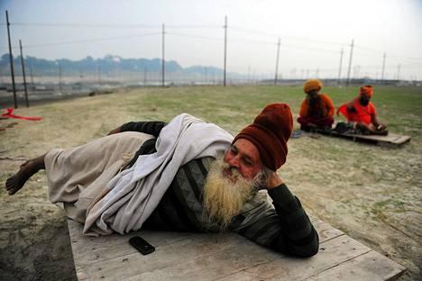 Intialaiset askeetit saapuivat viettämään hindujen kuukauden kestävää Magh Mela -juhlaa Allahabadiin.