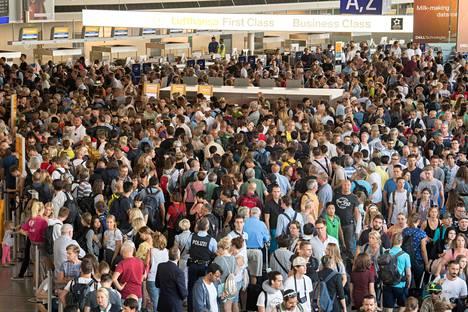 Frankfurtin lentokentällä oli tuhansien ihmisten tungos.