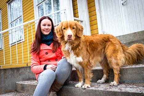 Kirkkonummen Masalassa asuva Emmi Hakio on koirakouluttaja. Hänen työmääränsä on kasvanut koronapandemian aikana, kun rekisteröityjen koirien määrä on kasvanut vuodessa yli kahdeksan prosenttia. Vierellä Hakion oma koira Brio, joka toimii käyttäytymisklinikalla avustajakoirana.