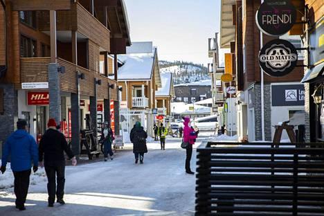 Lapissa voi olla perjantaina pikkupakkasta. Matkailijoita Levin laskettelu- ja hiihtokeskuksessa Kittilässä 25. maaliskuuta.