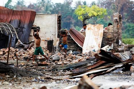 Lapset keräsivät tavaroita tulipalon tuhoamalta rohingya-väestön markkinapaikalta.