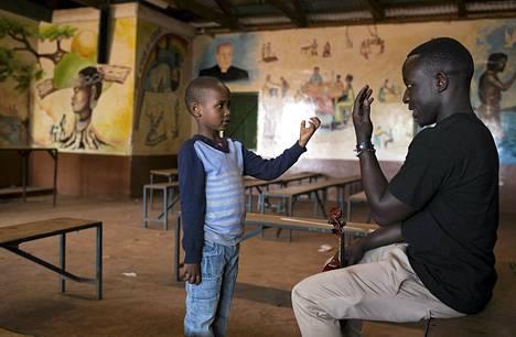 Samuel Njoroge, 7, opetteli oikeaa viulunsoittoasentoa musiikkitunnilla Korogochon slummissa Nairobissa. Musiikkisäätiön ja katolisen kirkon järjestämällä musiikki- ja orkesterikoulutuksella halutaan antaa slummien lapsille ja nuorille taitoja, joilla he voivat tienata itselleen elantoa.