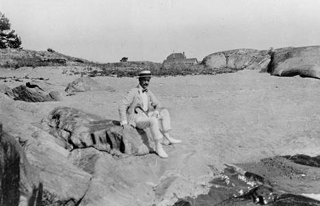 Gustaf Mannerheim liikkui Hangossa siviiliasussa ja paistatteli päivää hiekkarannalla.