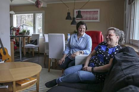Sallaan töihin muuttanut lääkäri Eliisa Aatsinki (vas.) ei usko, että olisi jäänyt Sallaan, ellei olisi löytänyt paikkakunnalta miestä. Aatsingin, 35, ja Sallan sosiaali- ja terveysjohtaja Annukka Marjalan, 44, puolisot ovat poromiehiä. He keksivät Sallasta nopeasti monia muitakin poromiehen löytäneitä.