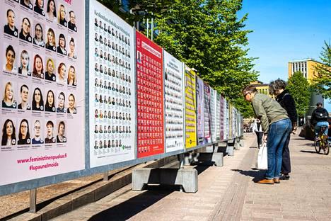 Ohikulkijat tutkivat vaalimainoksia Helsingissä kesäkuun alussa.
