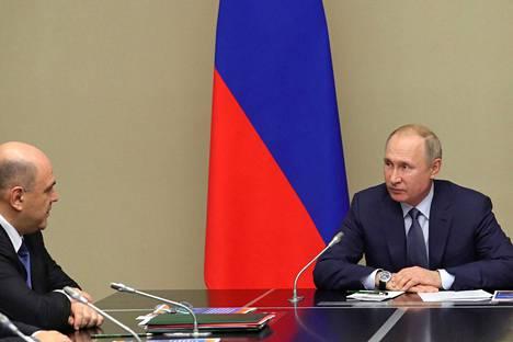 Venäjän presidentti Vladimir Putin (oik.) ja tuleva pääministeri Mihail Mišustin keskustelivat maanantaina Venäjän turvallisuusneuvoston kokouksessa Moskovan ulkopuolella.