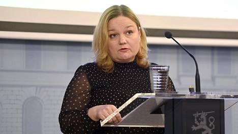 Perhe- ja peruspalveluministeri Krista Kiuru tiedotustilaisuudessa ravintoloita koskevasta sääntelystä koronavirusepidemiassa Helsingissä keskiviikkona.